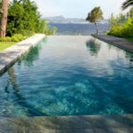 Piscine à débordement cascade : une véritable oasis chez vous