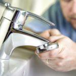 Fuite sous le robinet : comment la réparer soi-même ?